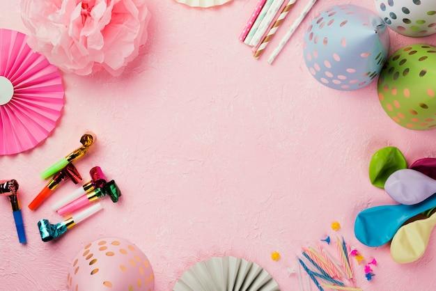 Cornice circolare piatta con ornamenti e sfondo rosa Foto Gratuite