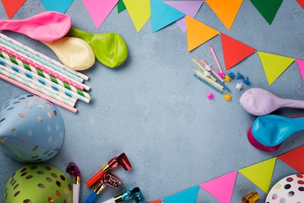 Cornice circolare piatta con ornamenti per feste Foto Gratuite