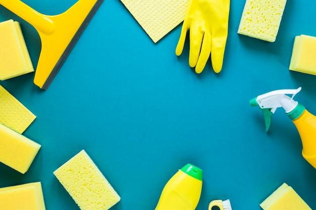 Cornice circolare piatta con prodotti per la pulizia gialli Foto Gratuite
