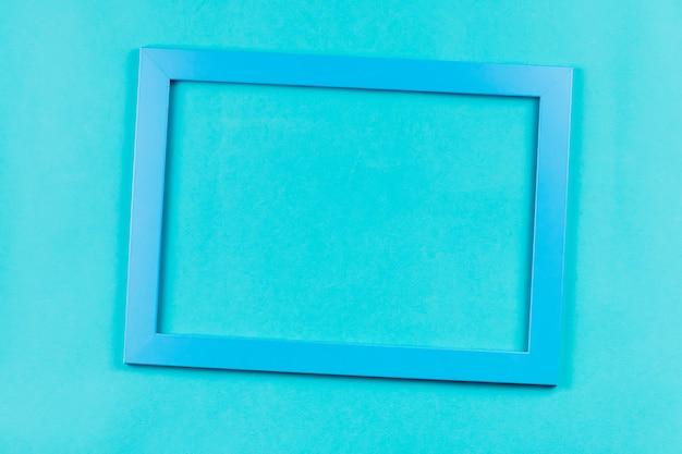 Cornice color acquamarina su sfondo blu brillante. Foto Premium