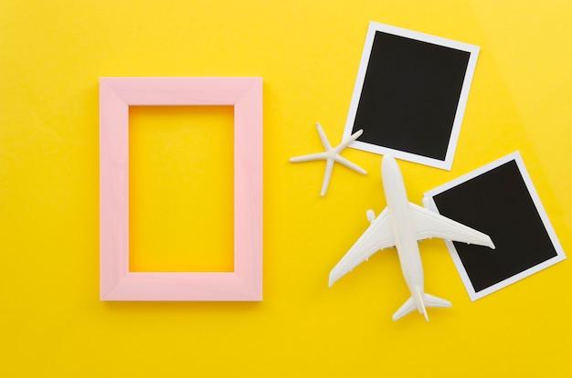 Cornice con foto e aereo accanto Foto Gratuite