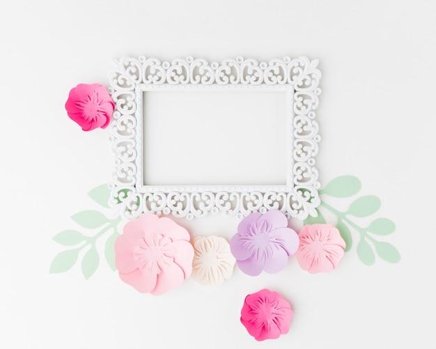 Cornice con ornamento floreale di carta Foto Gratuite