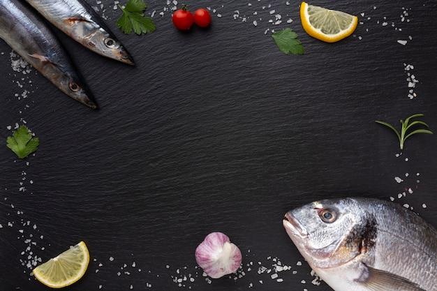 Cornice con pesce fresco e condimenti Foto Gratuite