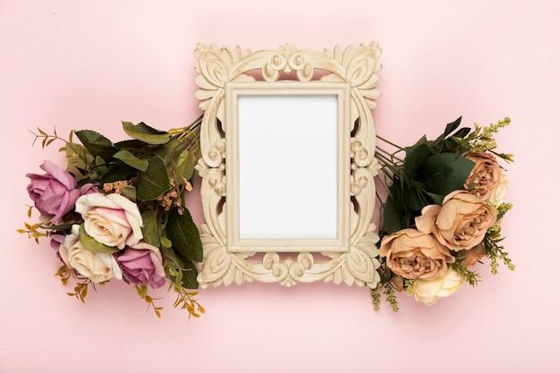 Cornice con rose a fianco Foto Gratuite