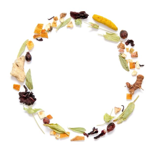 Cornice con tisana, erbe secche e fiori con pezzi di frutta e bacche. Foto Premium