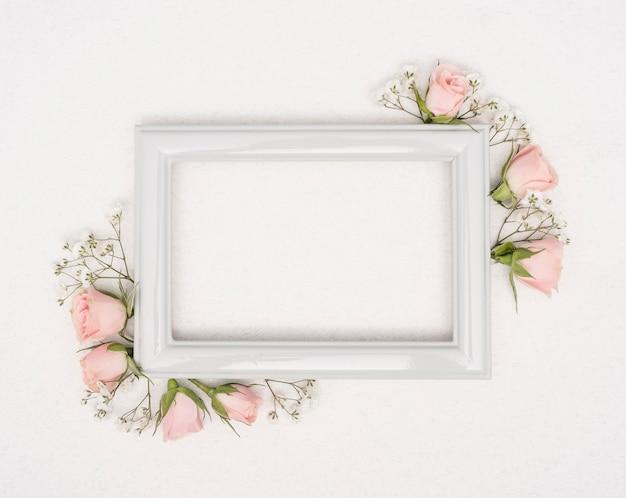 Cornice d'epoca vuota con boccioli di rose Foto Gratuite