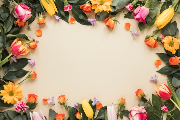 Cornice da diversi fiori sul tavolo Foto Gratuite