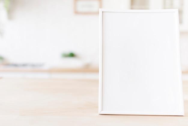 Cornice del primo piano sul ripiano del tavolo Foto Gratuite