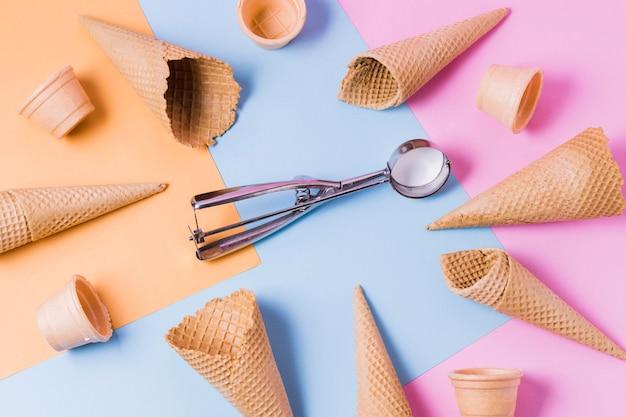 Cornice di coni gelato piatto disteso sul tavolo Foto Gratuite