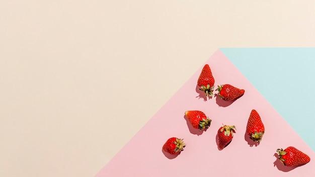 Cornice di fragole vista dall'alto Foto Gratuite
