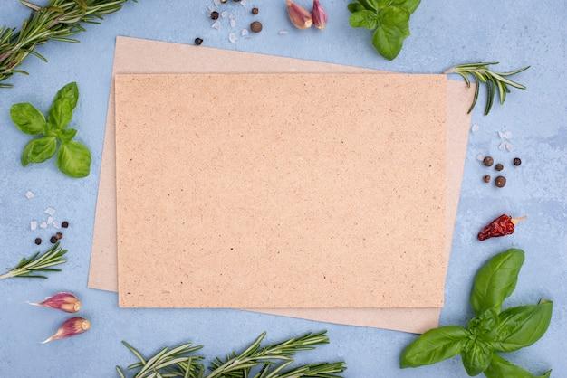 Cornice di ingredienti con foglio di carta bianco Foto Gratuite