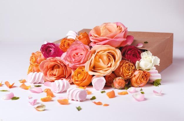 Cornice di rose viventi. bellissimo sfondo floreale modello di scheda per le vacanze di primavera con spazio creativo per il testo. Foto Premium