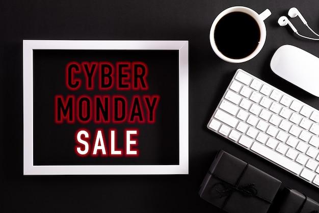 Cornice di testo di vendita di cyber monday sul nero con la tastiera Foto Premium