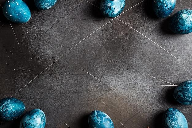 Cornice di uova di pasqua dipinta a mano in blu Foto Gratuite