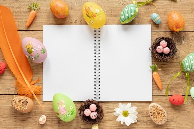 Cornice di uova e decorazioni per pasqua Foto Gratuite