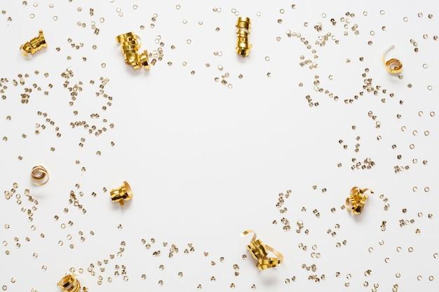Cornice dorata coriandoli e copia spazio Foto Gratuite