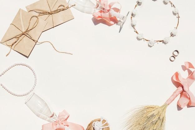 Cornice fatta di oggetti di nozze con spazio di copia Foto Gratuite