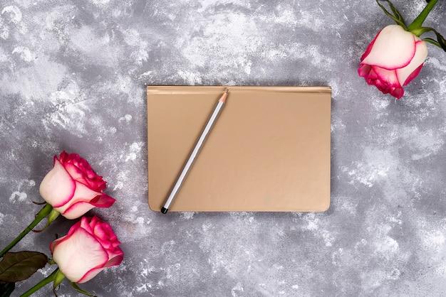 Cornice floreale: bouquet di rose bianche rosa su sfondo di pietra con copia spazio per il testo. Foto Premium