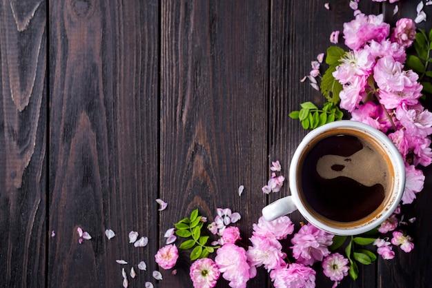 Cornice floreale con tazza di caffè Foto Premium