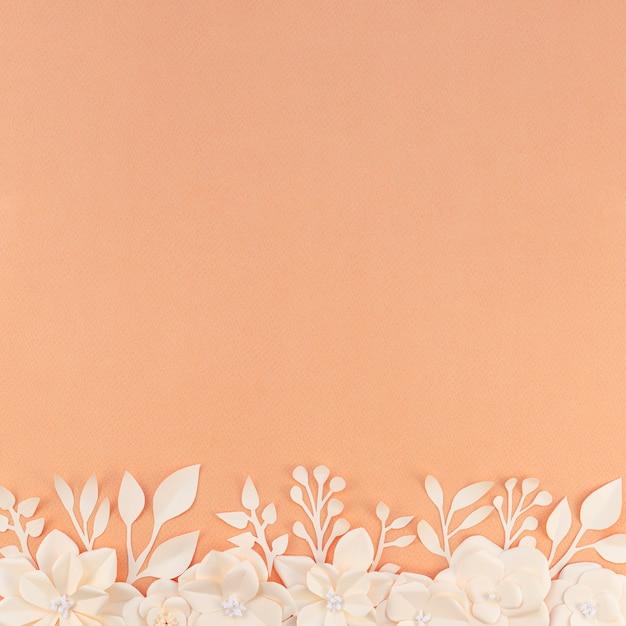 Cornice floreale vista dall'alto con sfondo arancione Foto Gratuite
