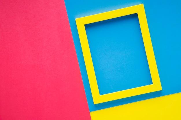 Cornice gialla su sfondo colorato Foto Gratuite