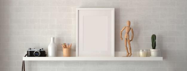 Cornice in bianco e decorazioni sulla mensola con parete bianca Foto Premium