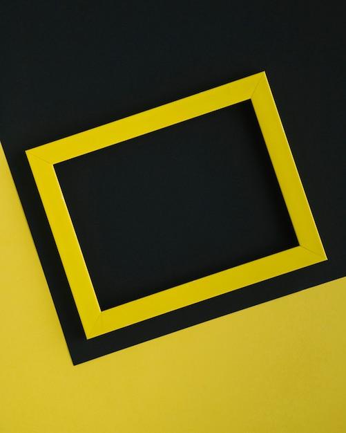 Cornice minimalista gialla su sfondo bicolore Foto Gratuite