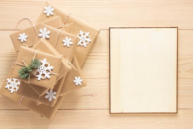 Cornice natalizia mock-up accanto a regali Foto Gratuite