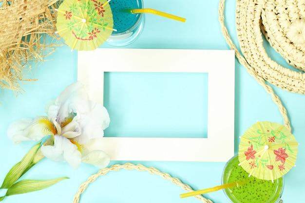 Cornice per foto con borsa di paglia, fiori e cocktail Foto Premium