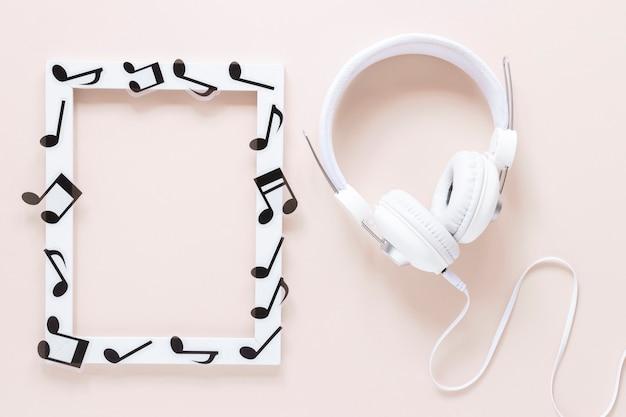 Cornice per note musicali vista dall'alto con cuffia Foto Gratuite