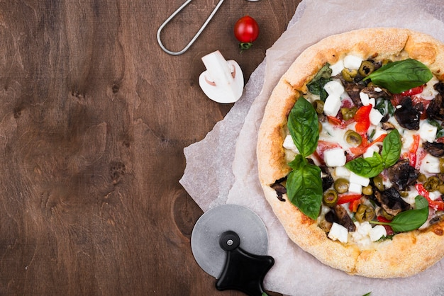 Cornice per pizza vista dall'alto con copia-spazio Foto Gratuite