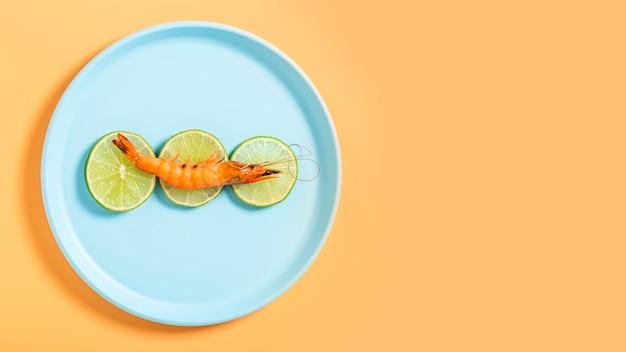 Cornice piatta con gamberetti e copia-spazio Foto Gratuite