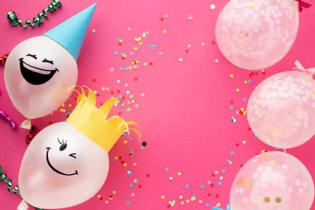 Cornice piatta con simpatici palloncini e conffeti Foto Gratuite