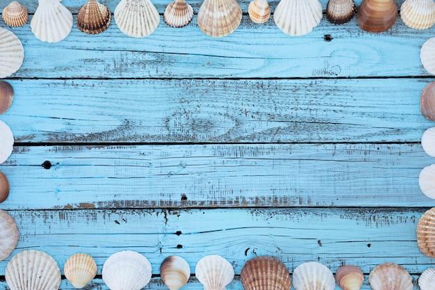 Cornice piatta conchiglie laici sul bordo di legno Foto Gratuite
