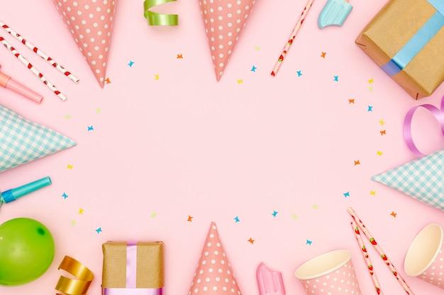 Cornice piatta laica con articoli per feste e sfondo rosa Foto Gratuite
