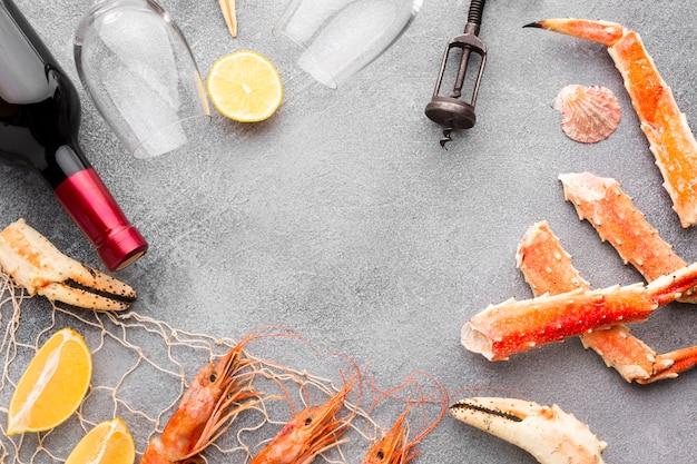 Cornice realizzata con mix di frutti di mare freschi e deliziosi Foto Gratuite
