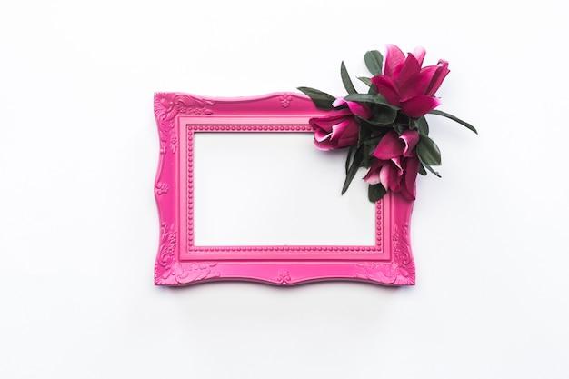 Cornice rosa vintage sfondo rosa e fiori verdi Foto Gratuite