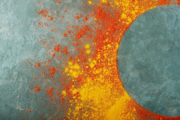 Cornice rotonda in paprika rossa e polvere di curcuma Foto Premium