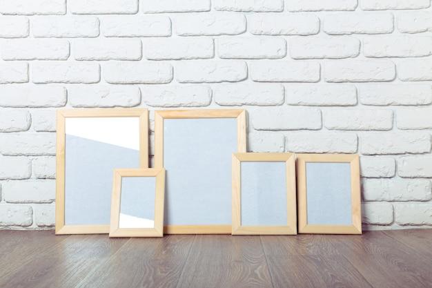 Cornice sul muro di mattoni Foto Premium