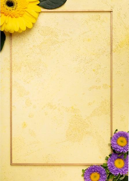 Cornice vista dall'alto con composizione floreale Foto Gratuite