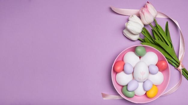 Cornice vista dall'alto con le uova in una ciotola Foto Gratuite