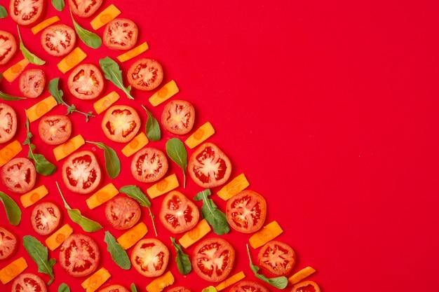 Cornice vista dall'alto con pomodori a fette e copia-spazio Foto Gratuite