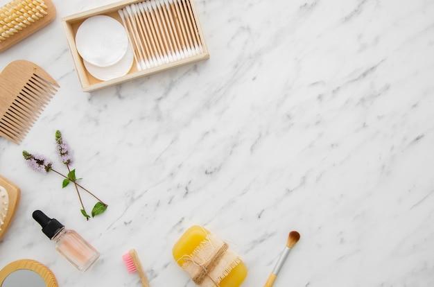Cornice vista dall'alto con prodotti cosmetici e copia-spazio Foto Gratuite