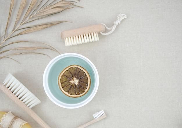 Cornice vista dall'alto con prodotti da bagno e spazzole Foto Gratuite