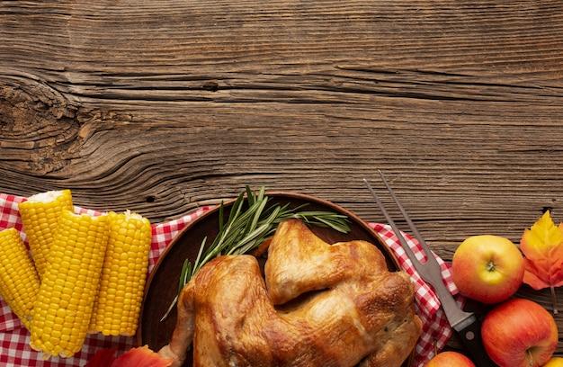 Cornice vista dall'alto con tacchino, mais e mele Foto Gratuite