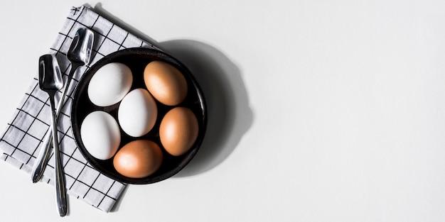 Cornice vista dall'alto con uova di gallina Foto Gratuite