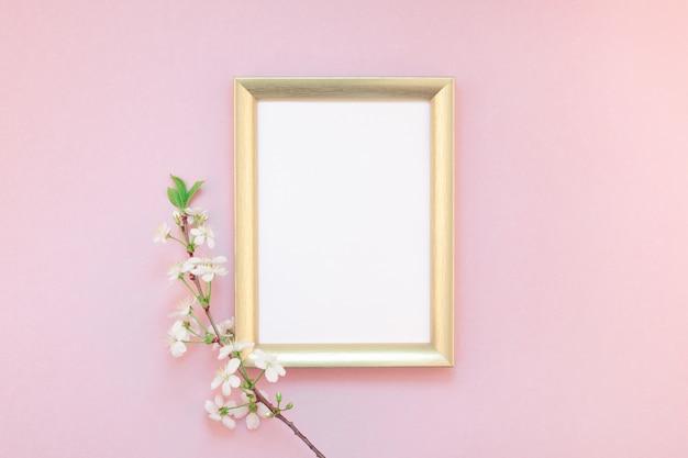 Cornice vuota con fiori bianchi Foto Premium