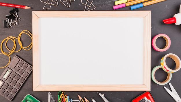 Forniture Per Ufficio : Cornice vuota con forniture per ufficio o scuola scaricare foto
