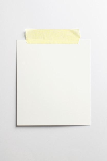 Cornice vuota con ombre morbide e nastro adesivo giallo isolato su sfondo bianco Foto Gratuite