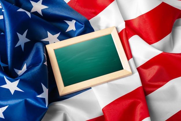Cornice vuota su sfondo bandiera americana Foto Premium